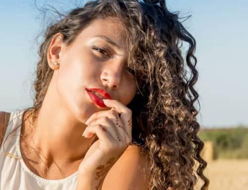 Cheveux bouclés : astuces, conseils et soins ciblés