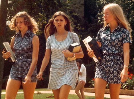 1973, imprimés seventies, jupes mini et combishorts
