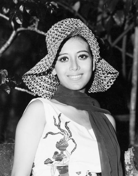 1971, capeline et foulard loose