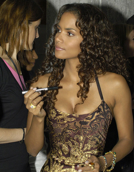Cheveux longs à courts : Halle Berry en 2004