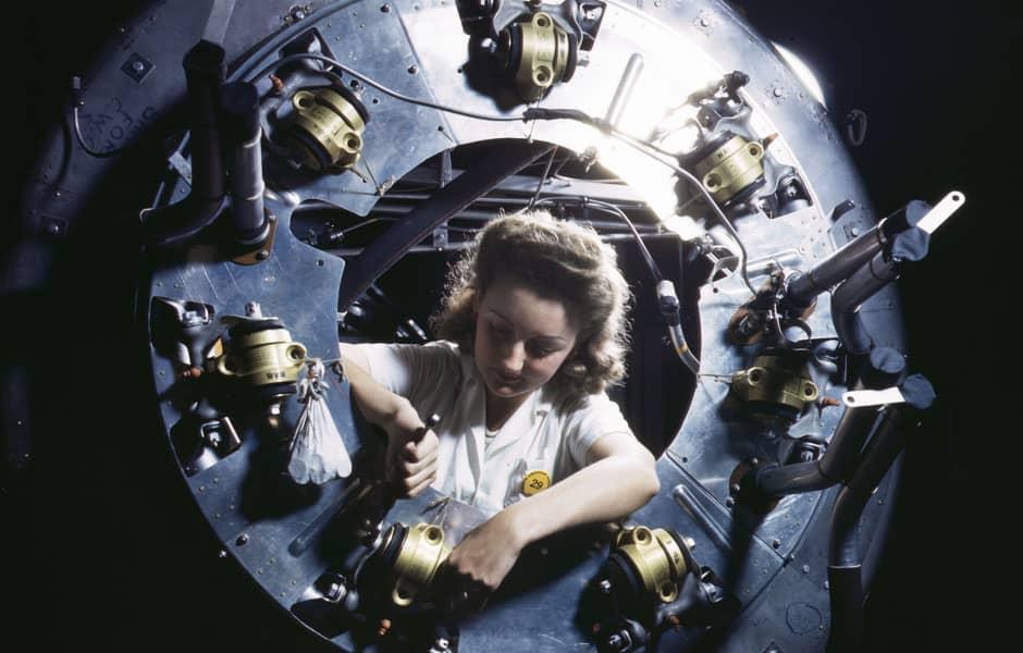 1942 : femme travaillant sur un moteur de bombardier