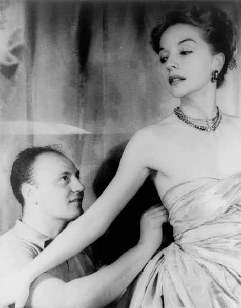 Pierre Balmain et l'actrice Ruth Ford en 1947
