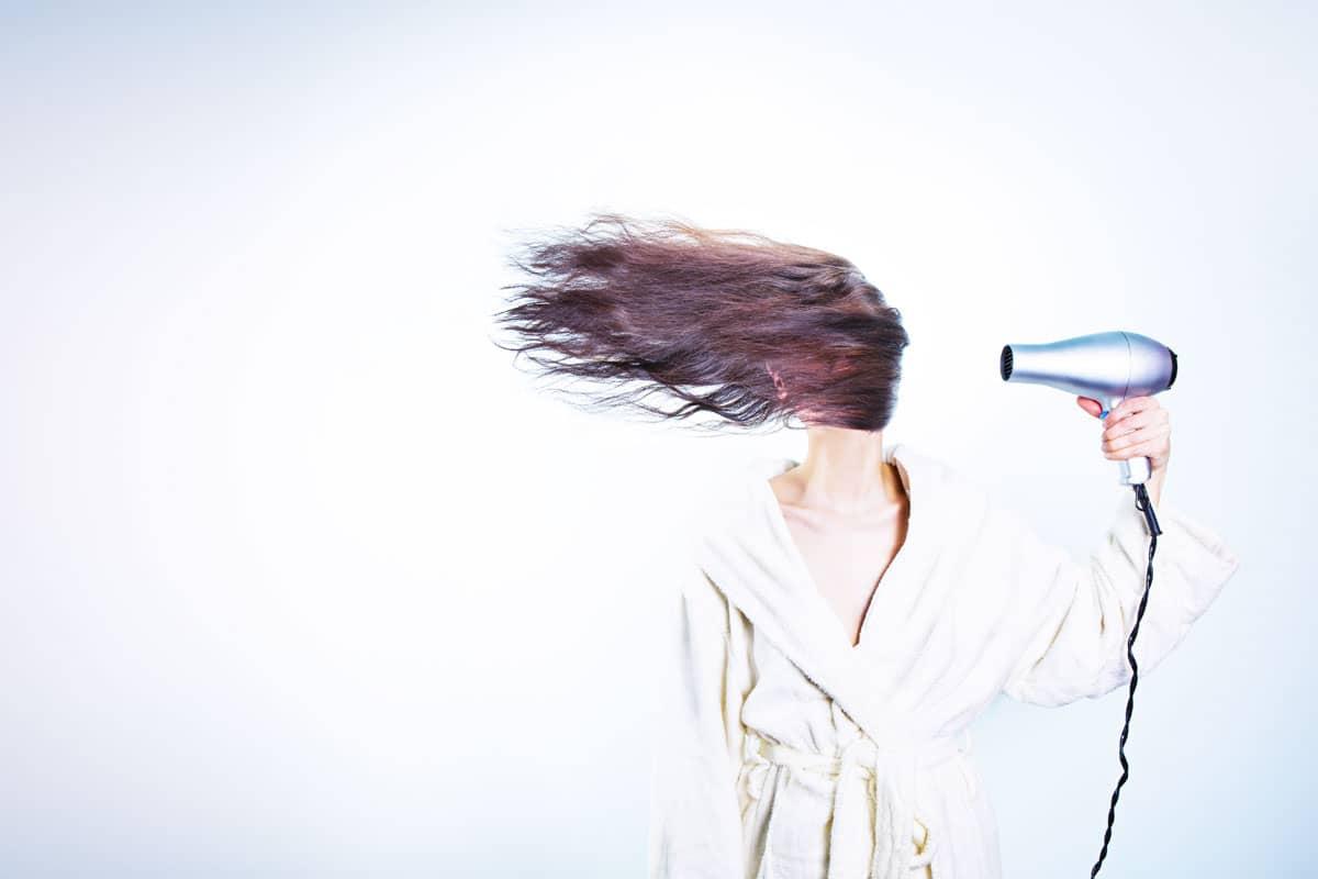 Cheveux secs : conseils, astuces, soins