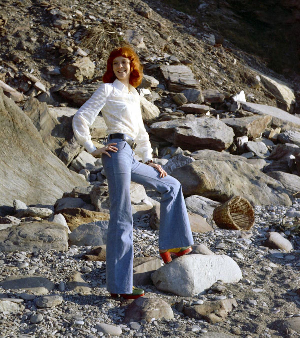 Chaussures à plateforme et pantalon flare, milieu des années 1970