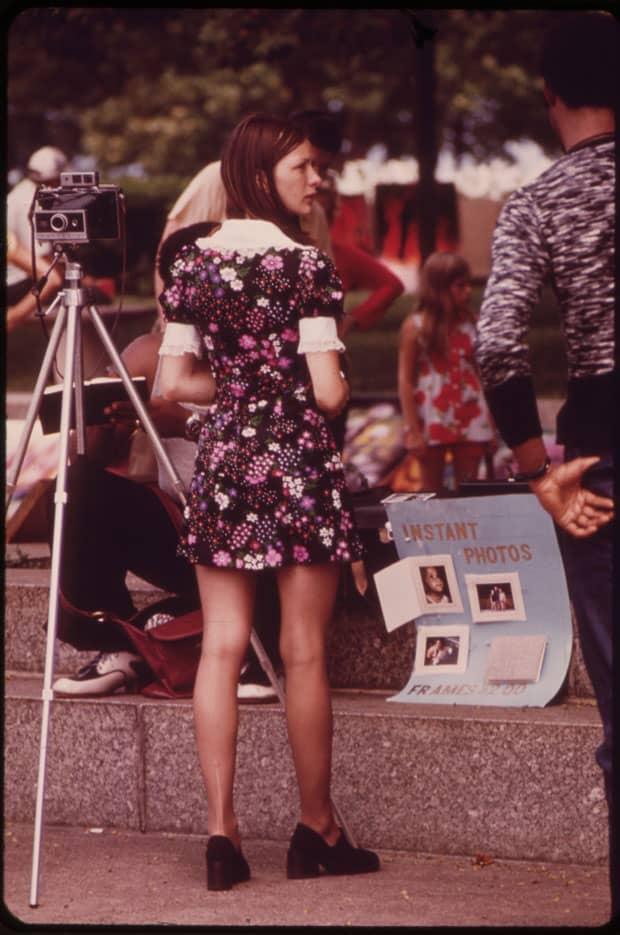 Robe courte à imprimés fleuris, 1973
