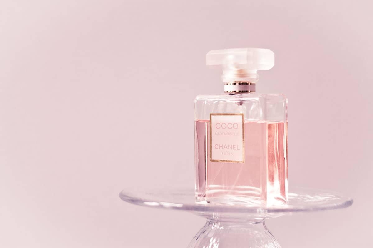 Parfums Célèbres De La Maison Chanel Lhistoire Du N5 à Chance