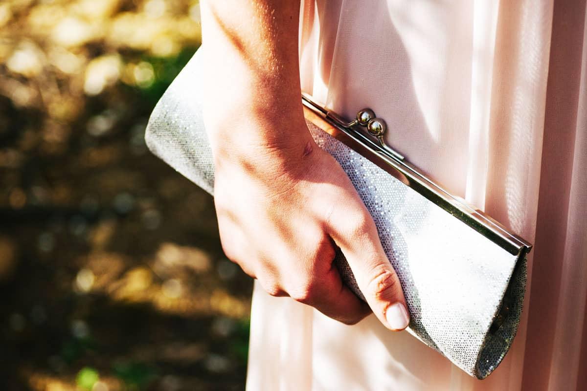 Mariage : pas de grand sac mais une pochette