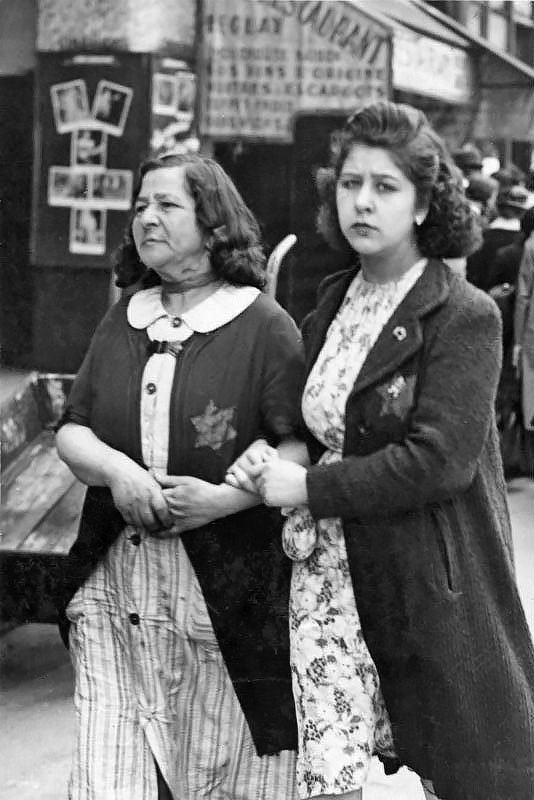 Deux femmes arborent l'étoile juive imposée par les lois antimsémites