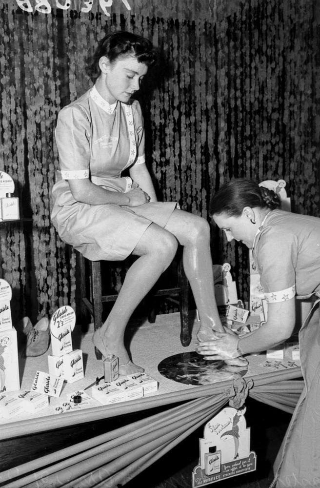 Les bas liquides : lotion teintant les jambes