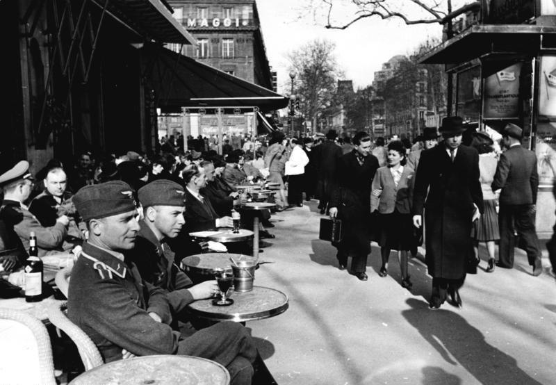 Mode des années 1940 : scène de vie quotidienne à Paris