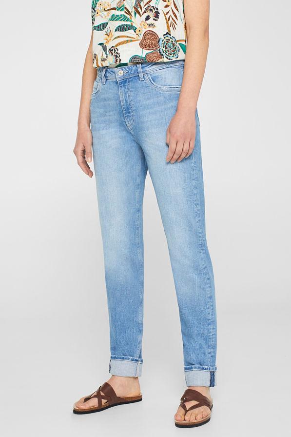 À la mode en jean taille haute